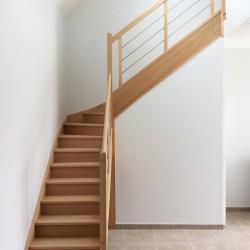 Escalier sur-mesure en bois avec garde-corps contemporain à tubes inox