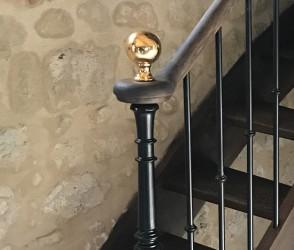 Boule dorée décorative pour escalier
