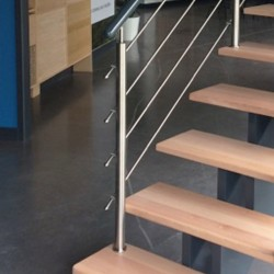 Garde-corps d'escalier à poteaux en inox
