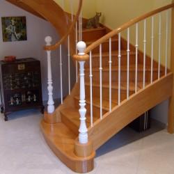 Escalier 1/2 tour en bois avec pilastres et balustres en fer forgé blanc