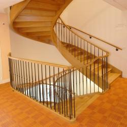 Escalier en bois débillardé à balustres en métal