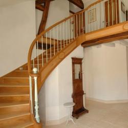 Escalier en bois et garde-corps à balustres en métal sur-mesure