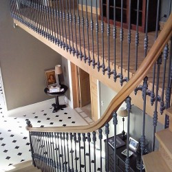 Escalier sur-mesure en bois et balustres métalliques fer forgé