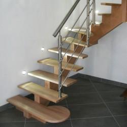 Escalier sur-mesure à limon central en bois et garde-corps en inox