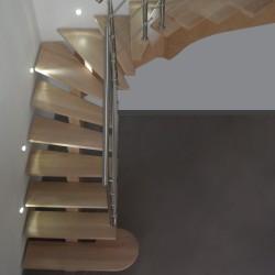Escalier en bois à limon central sur-mesure, garde-corps en inox