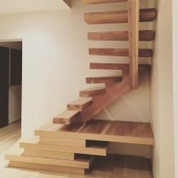 Escalier sur-mesure à limon central décalé en bois