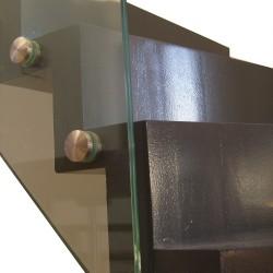 Détail de fixation d'un garde-corps en verre sur pions en inox