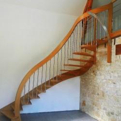 Escalier moderne en bois à main courante plongeante et marches suspendues