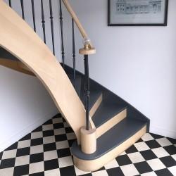 Escalier prestigieux en bois avec boule décorative en verre
