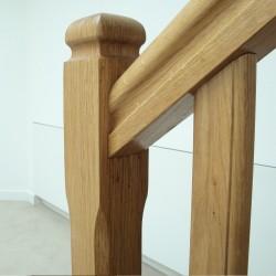 Détail du poteau du garde-corps de l'escalier en bois traditionnel