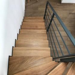 Escalier design en acier métal et marches en bois