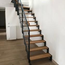 Escalier métallique zigzag avec marches en bois