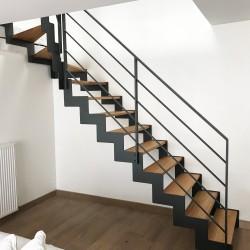 Escalier design à marches en bois et structure métallique