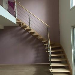 Escalier contemporain à entretoises en inox et marches en bois