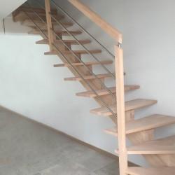 Escalier sur-mesure à limon central en bois, garde-corps en bois