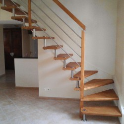 escalier contemporain sur mesure à entretoises en inox et poteaux en bois