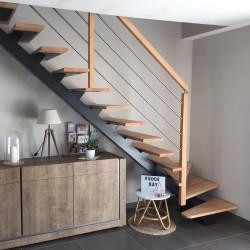 Escalier métallique à poutre central en métal et poteaux en bois