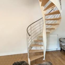 escalier hélicoïdal en métal et marches en bois