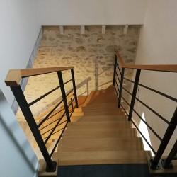 escalier sur mesure en acier et bois à poutre centrale métallique et garde-corps en acier
