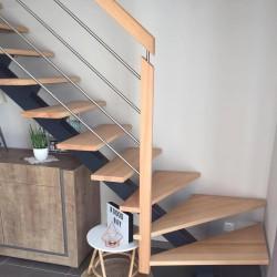 Escalier métallique à poutre centrale en métal et poteaux en bois