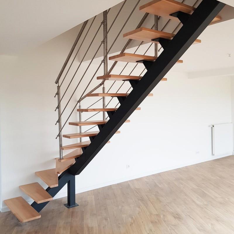 escalier métallique sur mesure à limon central acier et poteaux inox