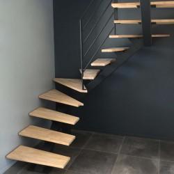 Escalier demi tour limon central acier et marches en bois