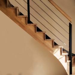 Escalier sur mesure à limon crémaillère bois d'un côté et poteaux bois, modèle design   Oéba