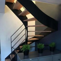 Escalier demi-tour métallique à limons à la française et marches en bois