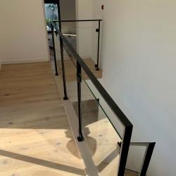 Garde-corps étage en métal et remplissage en verre