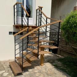 Escalier extérieur à limon central en bois et garde-corps en acier