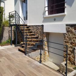 Escalier extérieur à limon zig-zag en acier et marches en bois