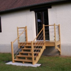 Escalier extérieur en bois et garde-corps contemporain à tubes en inox