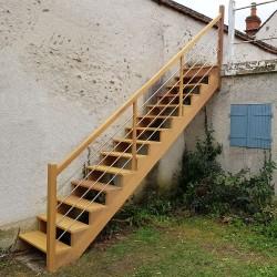 Escalier extérieur en bois iroko et garde-corps contemporain à tubes en inox