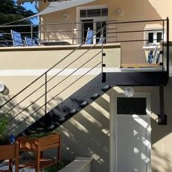 Escalier extérieur à limon métallique à la française et marches en caillebotis acier galvanisé
