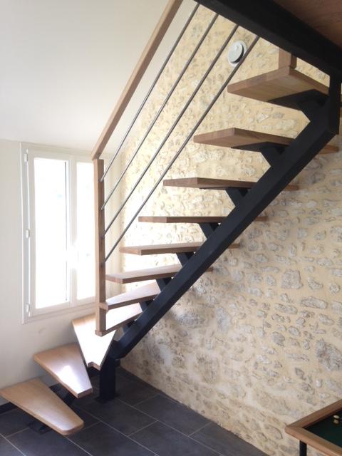 Escalier à limon central métal et marches en bois