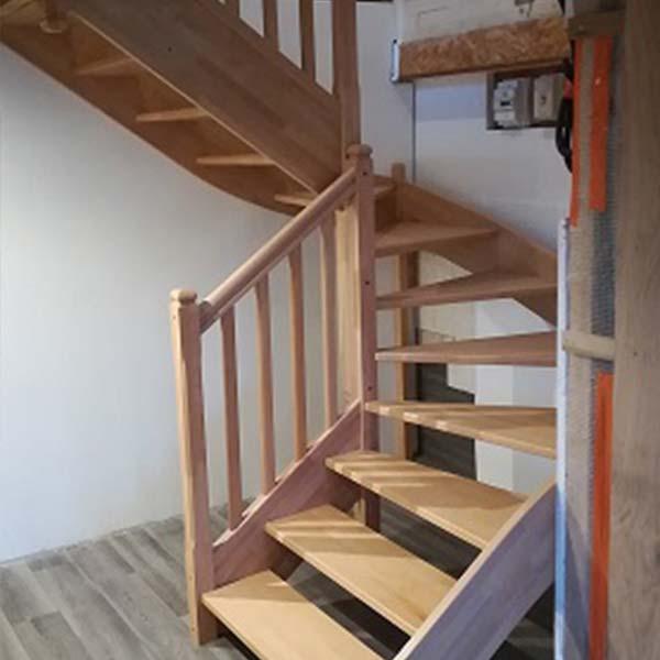 Escalier demi tour traditionnel en bois