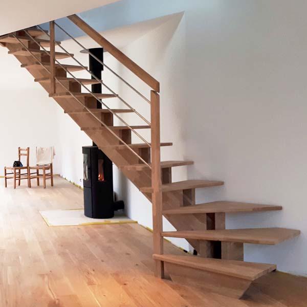 Escalier à double limons crémaillère en bois et poteaux en bois